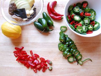 1) Slice peppers, gather spices for soy sauce liquid