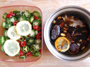 2) Boil soy liquid, pour over pepper slices