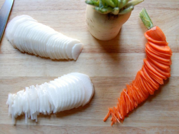 1) Cut daikon and carrot to julienne