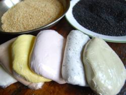 1) Songpyeon doughs - white, cocoa powder, turmeric, strawberry powder, black sesame seeds & green tea powder