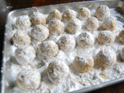 3) Roll the meatballs in starch 2-3 times until starch coating stays for a while.
